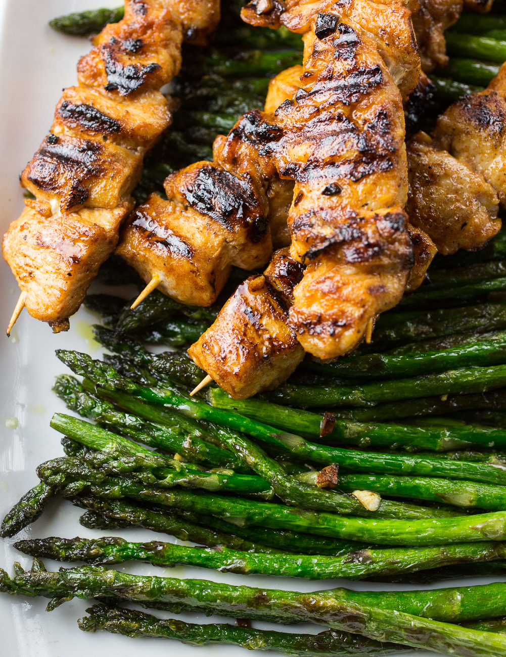 Spicy chicken skewers with roasted asparagus | thegirllovestoeat.com